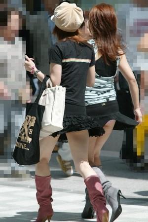 【パンチラ画像】若い女の子が風のハプニングでパンチラになる画像を集めた結果ww 04