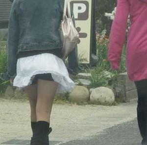 【パンチラ画像】若い女の子が風のハプニングでパンチラになる画像を集めた結果ww 07
