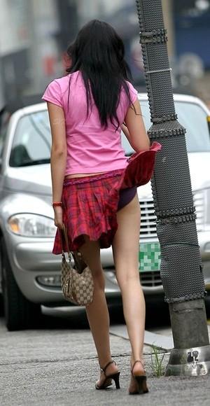 【パンチラ画像】若い女の子が風のハプニングでパンチラになる画像を集めた結果ww 08
