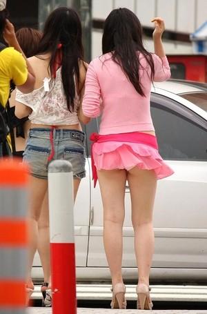 【パンチラ画像】若い女の子が風のハプニングでパンチラになる画像を集めた結果ww 12