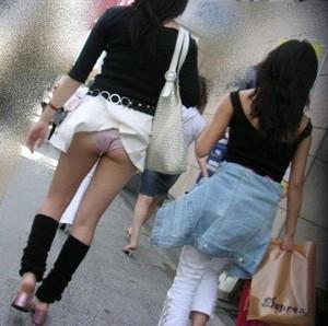 【パンチラ画像】若い女の子が風のハプニングでパンチラになる画像を集めた結果ww 18