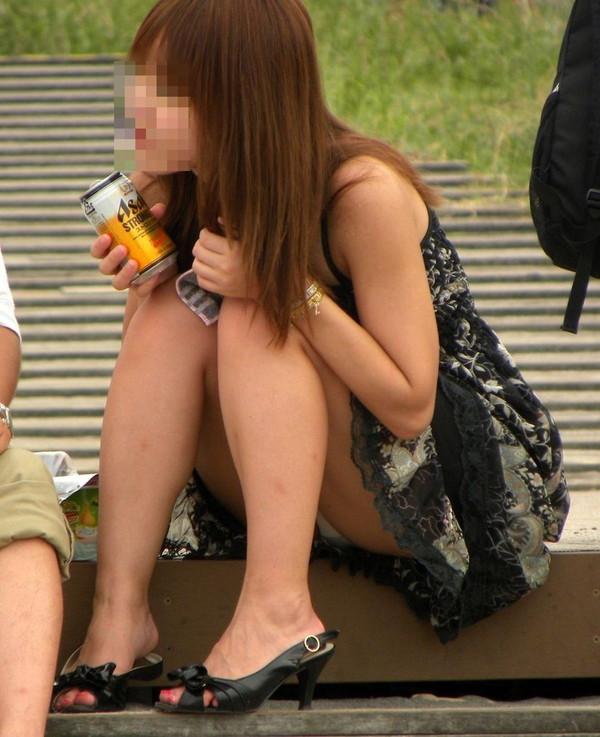 【パンチラエロ画像】女の子達がミニスカートの時に座っていると起こってしまうハプニング画像を集めてみました 06