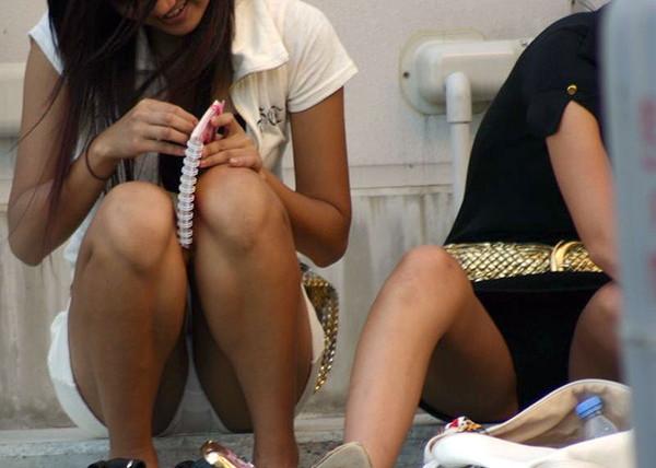【パンチラエロ画像】女の子達がミニスカートの時に座っていると起こってしまうハプニング画像を集めてみました 08