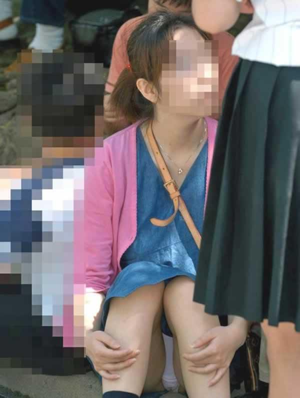 【パンチラエロ画像】女の子達がミニスカートの時に座っていると起こってしまうハプニング画像を集めてみました 12