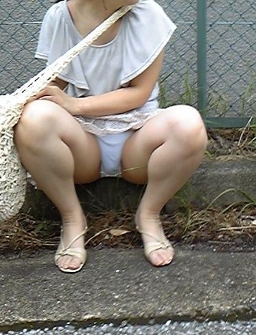 【パンチラエロ画像】女の子達がミニスカートの時に座っていると起こってしまうハプニング画像を集めてみました 15