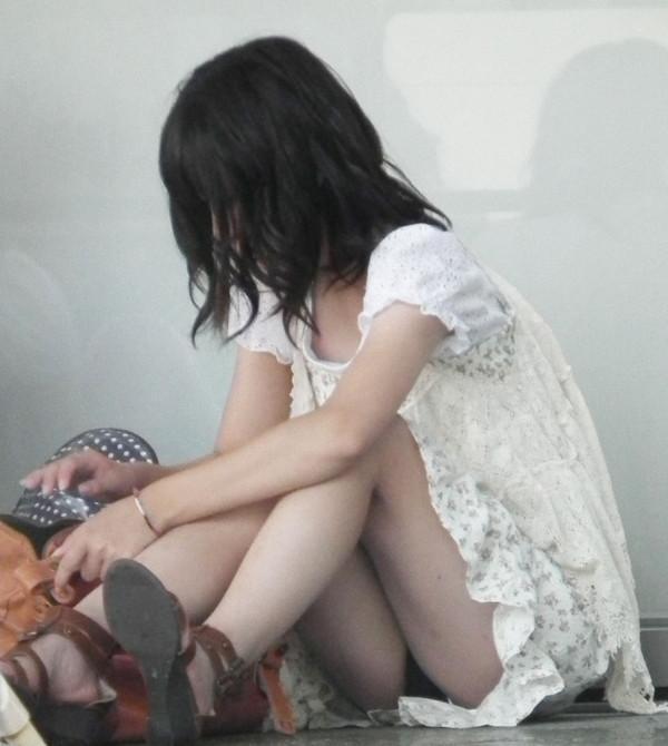 【パンチラエロ画像】女の子達がミニスカートの時に座っていると起こってしまうハプニング画像を集めてみました 17