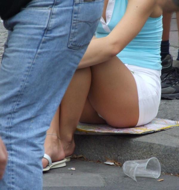 【パンチラエロ画像】女の子達がミニスカートの時に座っていると起こってしまうハプニング画像を集めてみました 19