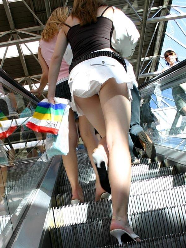 【エロ画像】外国人たちの油断禁止パンチラのハプニングシーンを集めてみましたw 09