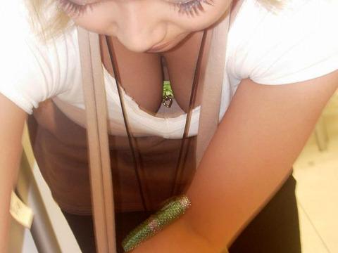【エロ画像】女の子たちの楽しい&恥ずかしいおっぱいポロリ乳首チラハプニング画像集めてみましたWW【夏」 14