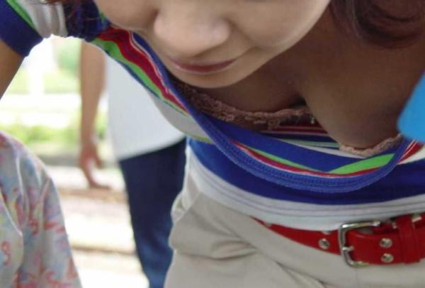 【エロ画像】たくさんのおっぱいポロリ&胸ちら画像を集めてみましたww 15