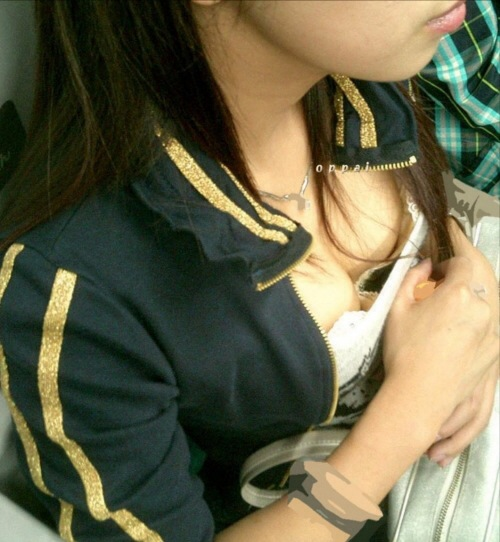 【エロ画像】たくさんのおっぱいポロリ&胸ちら画像を集めてみましたww 16