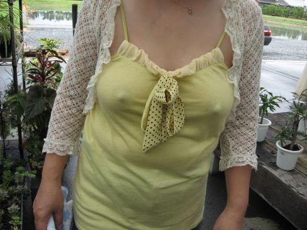 【乳首ポッチ画像】女の子のおっぱいハプニング!乳首のポッチが気になりますww 19