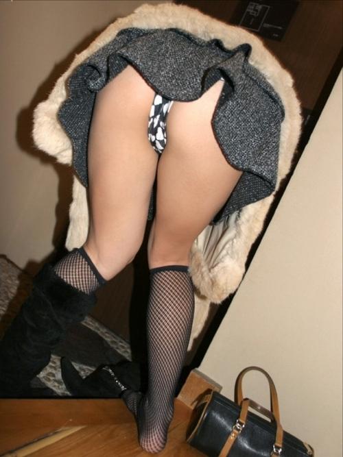 【パンチラ画像】街中でミニスカート歩いている女の子が前屈みになった結果w