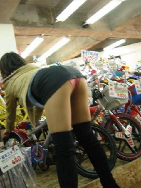 【パンチラ画像】街中でミニスカート歩いている女の子が前屈みになった結果w 15