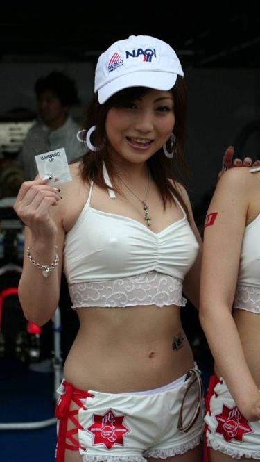 【乳首画像】女の子達がこの暑い夏を乗り切るために薄着と言う対処法を取った結果ww