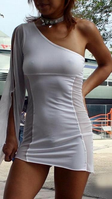 【乳首画像】女の子達がこの暑い夏を乗り切るために薄着と言う対処法を取った結果ww 15