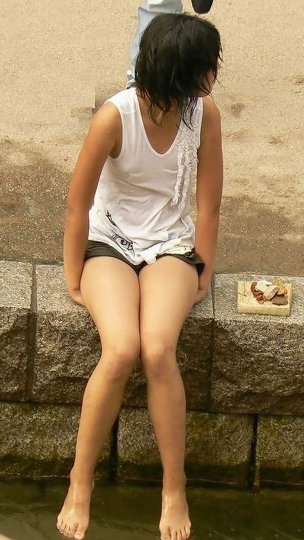 【おっぱい画像】女の子達の気がつかずおっぱいハプニングになっている画像を集めてみましたw 12
