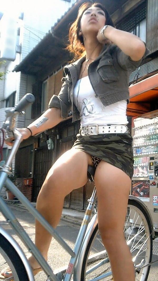 【パンチラ画像】女の子達が自転車を乗る時にミニスカートだとハプニングの嵐ですww 01