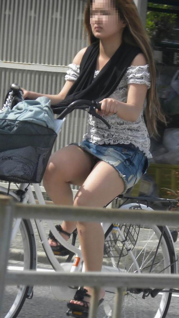 【パンチラ画像】女の子達が自転車を乗る時にミニスカートだとハプニングの嵐ですww 04