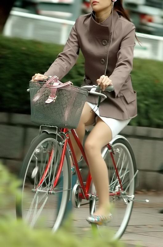 【パンチラ画像】女の子達が自転車を乗る時にミニスカートだとハプニングの嵐ですww 05