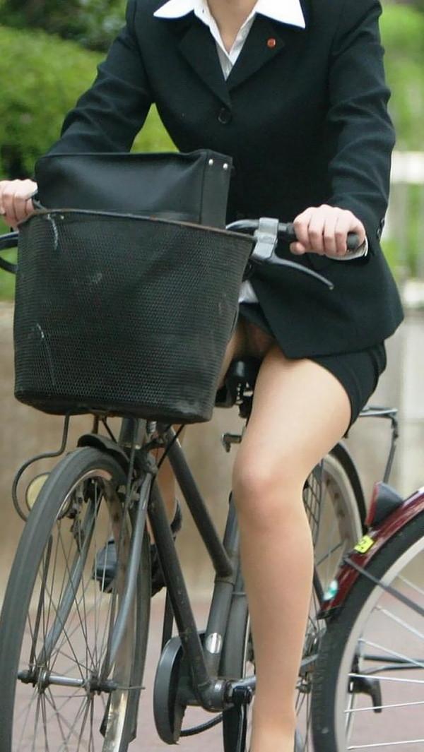 【パンチラ画像】女の子達が自転車を乗る時にミニスカートだとハプニングの嵐ですww 08