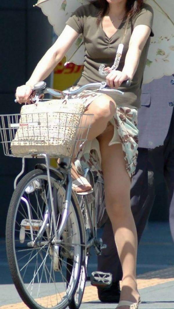 【パンチラ画像】女の子達が自転車を乗る時にミニスカートだとハプニングの嵐ですww 14