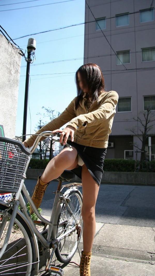 【パンチラ画像】女の子達が自転車を乗る時にミニスカートだとハプニングの嵐ですww 16