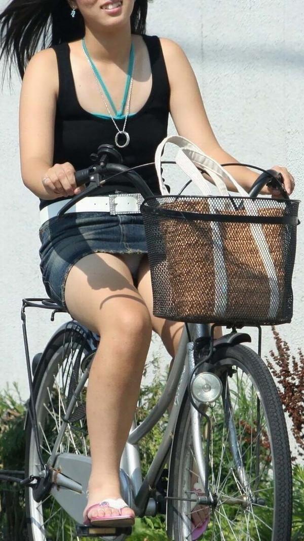 【パンチラ画像】女の子達が自転車を乗る時にミニスカートだとハプニングの嵐ですww 17