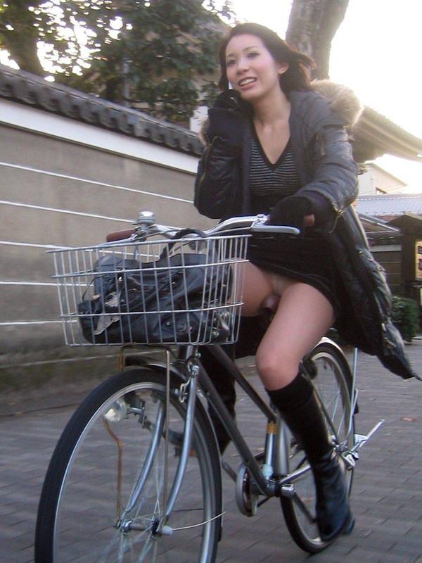 【パンチラ画像】女の子達が自転車を乗る時にミニスカートだとハプニングの嵐ですww 19