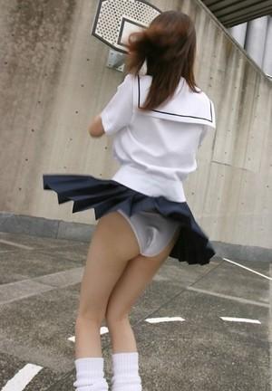 【パンチラ画像】これぞハプニング画像!!JKが風のイタズラでパンチラになっちゃう画像を集めてみましたww 17