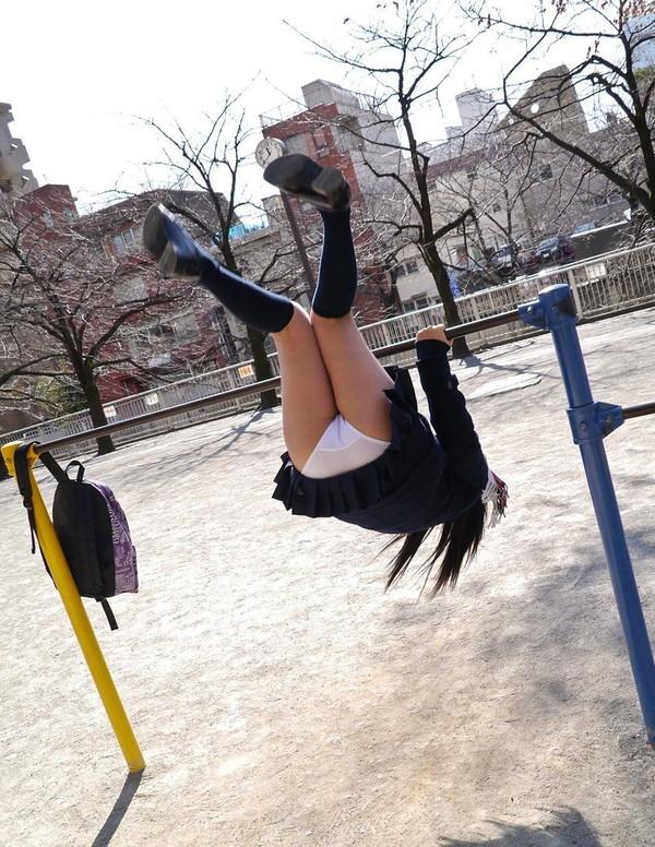 【スケスケ画像】スッケスケ女の子&鉄棒パンチラ女の子の画像を集めましたww 10