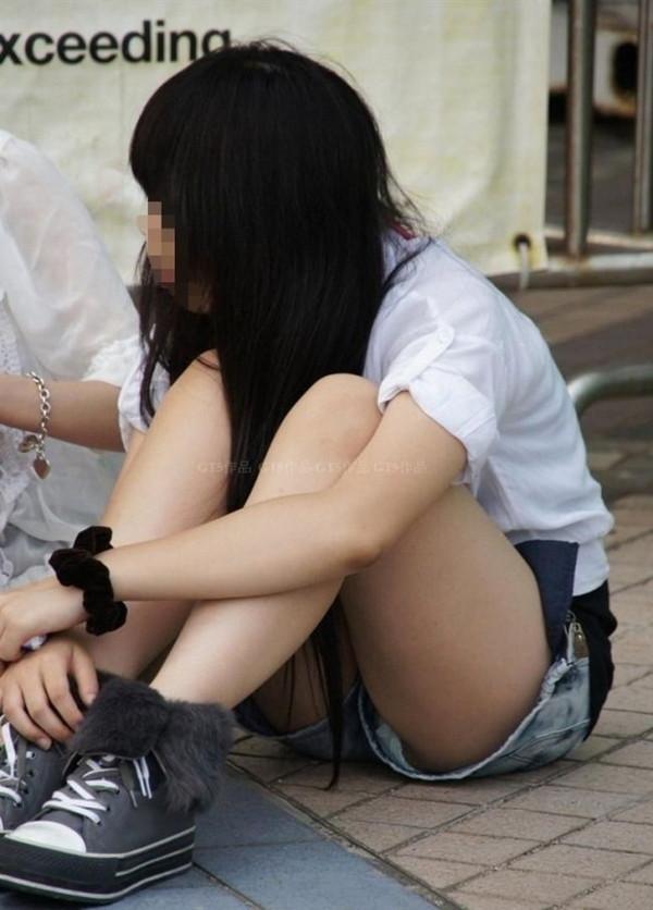 【パンチラ画像】いろいろな女の子のいろいろな所で起きているパンチラ画像を集めましたww 03
