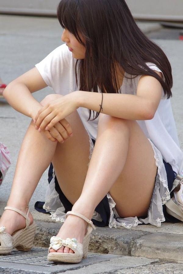 【パンチラ画像】いろいろな女の子のいろいろな所で起きているパンチラ画像を集めましたww 04