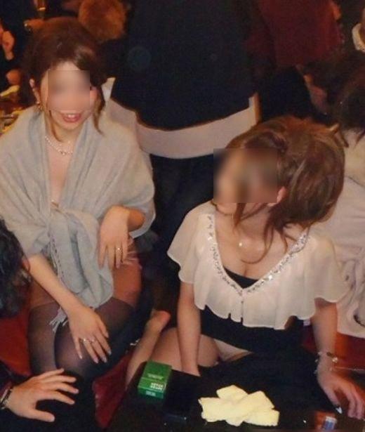 【パンチラ画像】いろいろな女の子のいろいろな所で起きているパンチラ画像を集めましたww 11