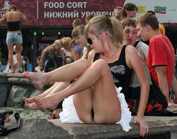 【パンチラ画像】男性たちが喜ぶハプニングそれは女の子たちのパンチラだ!!ww 03