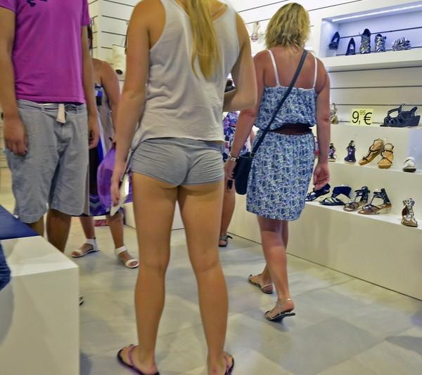 【ハプニング画像】真夏の女の子達のファッションスタイルはやっぱりこれですねww 11