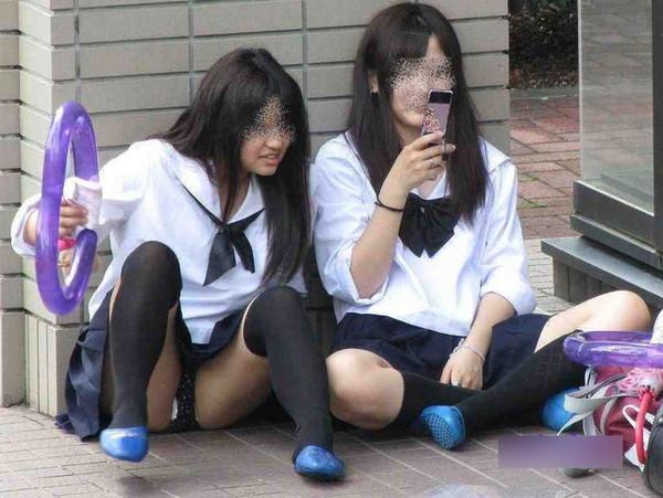 【ハプニング画像】真夏の女の子達のファッションスタイルはやっぱりこれですねww 18