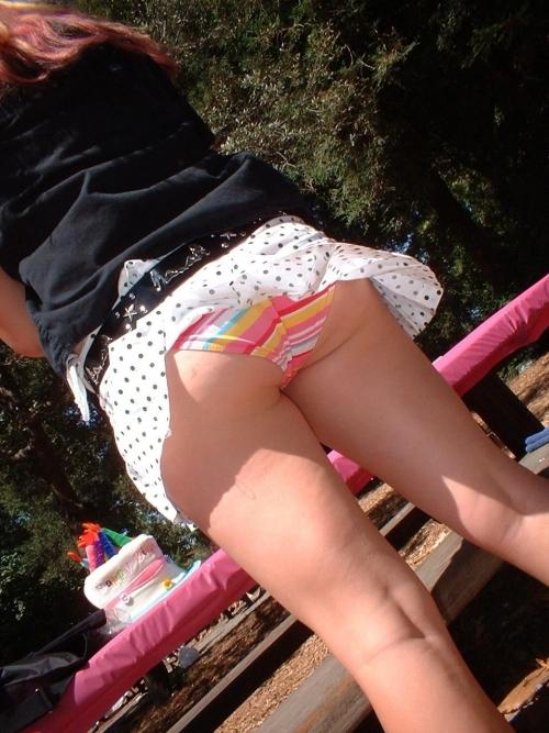 【パンチラ画像】短いスカートの女の子ども!風神様のお通りじゃあ~wwパンチラじゃあ~ww