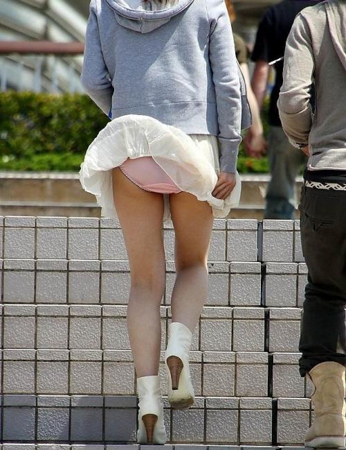 【パンチラ画像】短いスカートの女の子ども!風神様のお通りじゃあ~wwパンチラじゃあ~ww 04