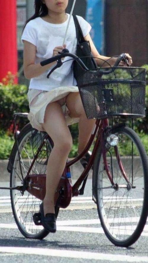 【パンチラ画像】短いスカートの女の子ども!風神様のお通りじゃあ~wwパンチラじゃあ~ww 16