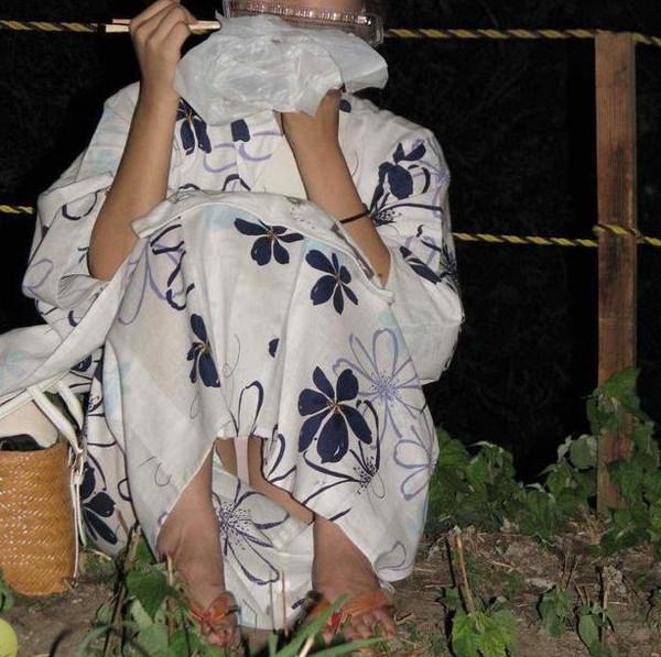 【ハプニング画像】夏の風物詩のパンチラハプニング画像を集めてみましたww 07