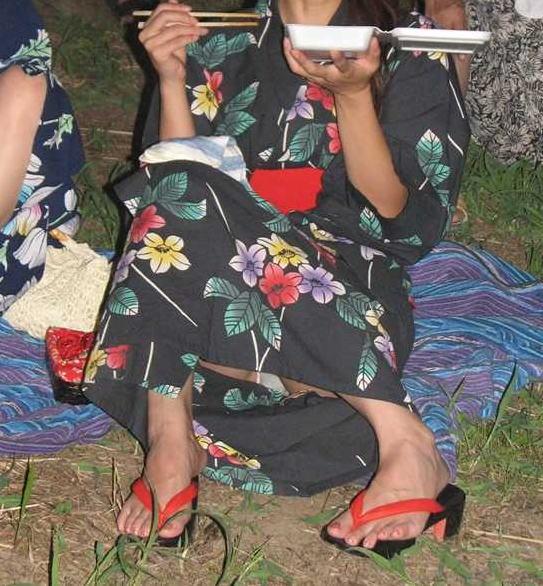 【ハプニング画像】夏の風物詩のパンチラハプニング画像を集めてみましたww 12