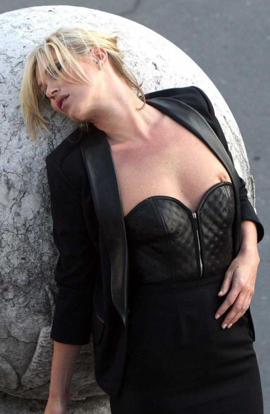 【ハプニング画像】世界中の外人さんの乳首チラの画像を集めてみましたww 19