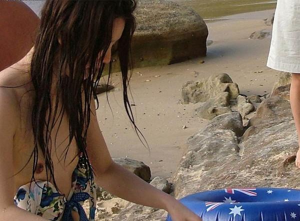 【ハプニング画像】夏だ!ビキニだ!ハプニングだーwwちょっとお姉さん気付いてないの?色々見えちゃってますけどww