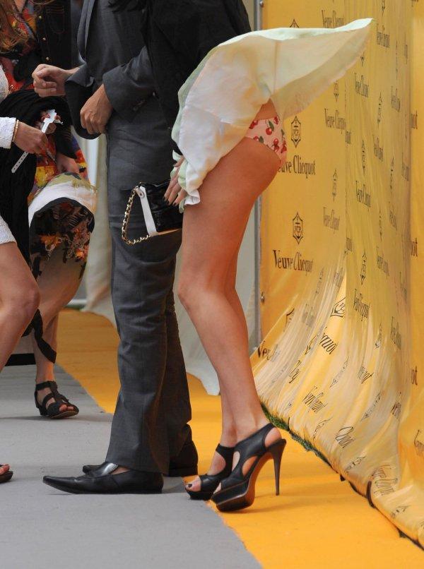 【パンチラ画像】ありがとう!神風!奇跡の一瞬、それはふわっとスカートが自然の力でめくれ上がりスカートの中が見えた瞬間ww