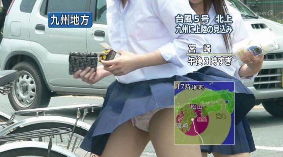 【パンチラ画像】ありがとう!神風!奇跡の一瞬、それはふわっとスカートが自然の力でめくれ上がりスカートの中が見えた瞬間ww 09
