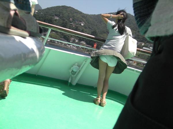 【パンチラ画像】ありがとう!神風!奇跡の一瞬、それはふわっとスカートが自然の力でめくれ上がりスカートの中が見えた瞬間ww 11