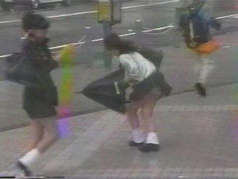 【パンチラ画像】ありがとう!神風!奇跡の一瞬、それはふわっとスカートが自然の力でめくれ上がりスカートの中が見えた瞬間ww 16