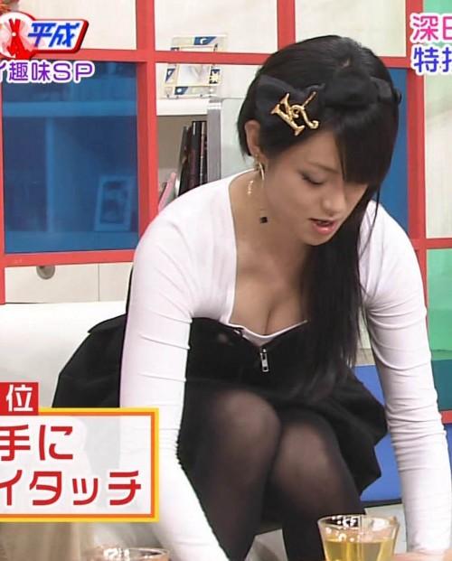 【放送事故画像】胸元が開いた服を着て前かがみになったらどぉなるでしょうか? 04