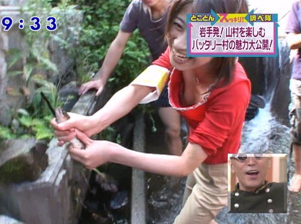 【放送事故画像】胸元が開いた服を着て前かがみになったらどぉなるでしょうか? 16